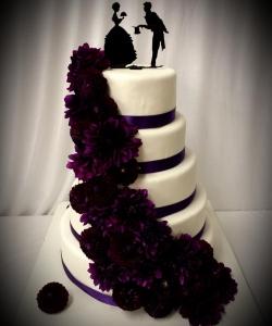 Hochzeitstorte mit dunkler Blumenranke